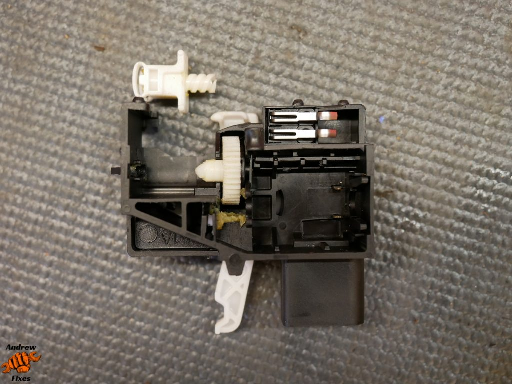 Picture showing VW Tiguan boot latch broken cog